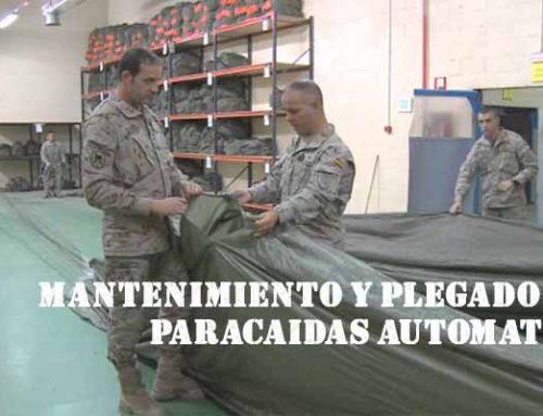 Plegado y mantenimiento de un paracaídas de apertura automática